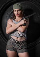 Обои Пистолет Фотомодель Позирует Шорты Ремень Майка Бейсболка Руки Взгляд Klaudia Latto Девушки