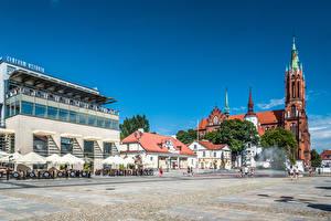 Картинка Польша Здания Люди Церковь Городская площадь Башня Białystok