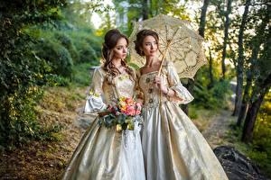 Фотографии Старинные Букет Двое Шатенки Зонтом Платье Взгляд девушка