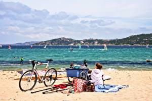 Фотография Море Серфинг Пляжа Велосипед Песок Шатенка Очках Сидит Windsurfing девушка Природа
