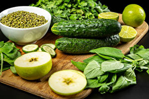 Обои для рабочего стола Овощи Огурцы Яблоки Горох Лайм Разделочной доске Пища