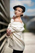Фото Размытый фон Поза Берет Смотрят Alena молодая женщина
