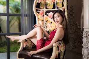 Картинка Азиаты Кресло Платье Смотрят Размытый фон девушка