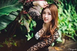 Картинки Азиаты Размытый фон Шатенки Смотрят Руки девушка