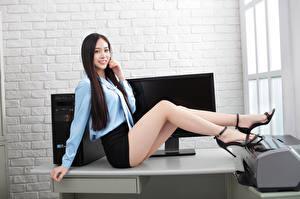 Обои для рабочего стола Азиатка Офис Секретарши Сидит Ноги Юбка Блузка Улыбка Взгляд Красивый девушка