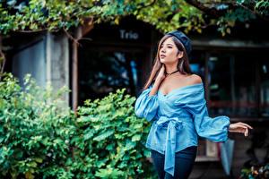 Фото Азиаты Позирует Блузка Берет молодая женщина