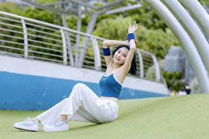 Фотография Азиаты Сидит Брюнетки Улыбается Рука Ног молодые женщины