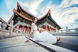 Фотография Азиатка Сидит Платья Смотрят Девушки