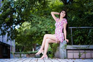Фото Азиаты Сидит Платья Ног Девушки