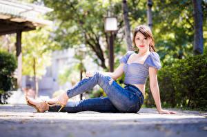 Картинки Азиаты Сидящие Джинсы Блузка Взгляд Девушки