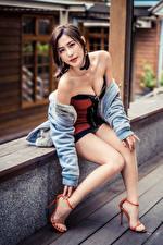 Картинка Азиаты Сидя Поза Ноги Платье Смотрит молодая женщина