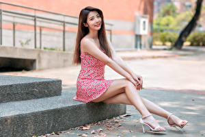 Обои для рабочего стола Азиатки Улыбка Платье Сидит Ног девушка