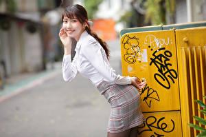 Фотография Азиатки Улыбается Юбке Блузка Позирует Размытый фон Взгляд девушка