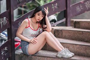 Картинка Азиатки Лестница Сидящие Ноги Шорт Майка Девушки
