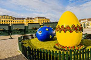 Обои для рабочего стола Австрия Скульптура Пасха Примула Яйцами 2 Забором Easter market in Schönbrunn Palace Природа