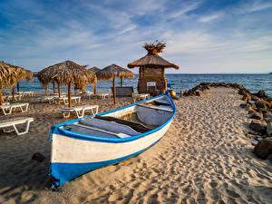 Фотографии Болгария Побережье Лодки Песке Лежаки Пляжа Зонтом Природа