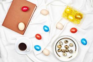 Картинка Пасха Кофе Тарелке Книга Яйца Разноцветные Чашка Продукты питания