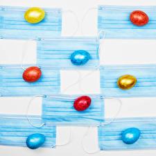 Картинки Пасха Коронавирус Маски Белом фоне Яйцами Разноцветные Продукты питания