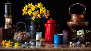 Фотографии Пасха Натюрморт Нарциссы Свечи Ваза Яйцами Кружке Цветы Еда