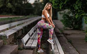 Картинка Фитнес Скамья Блондинка Сбоку Униформе Руки Ног Кроссовки молодые женщины