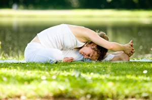 Фотографии Фитнес Трава Растяжка упражнение Йога Позирует Рука девушка