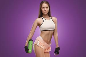 Обои Фитнес Поза Перчатки Руки Бутылка Цветной фон Девушки Спорт