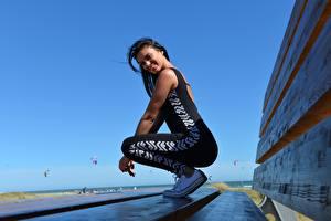 Фото Фитнес Сбоку Брюнетки Улыбается Униформа молодые женщины