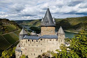Обои для рабочего стола Германия Замок Река Башни Burg Stahleck, Bacharach Города