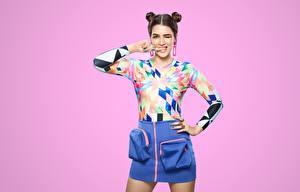 Фото Индийские Поза Юбки Блузка Взгляд Прически Цветной фон Kriti Sanon Знаменитости Девушки
