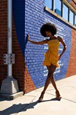 Фотография Негры Поза Платья Ноги Стена Тень Смотрят Janae Fulton Девушки
