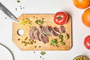 Фотографии Мясные продукты Помидоры Горох Перец чёрный Цветной фон Разделочная доска Зерно