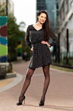 Обои Natalia Larioshina Модель Поза Платье Ног Смотрит Боке молодая женщина