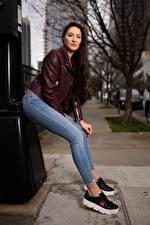 Фотография Natalia Larioshina Позирует Джинсы Куртках Смотрят молодая женщина