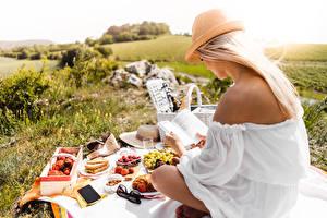 Картинки Пикник Блондинки Сидя Шляпе Книга Читает Траве Девушки