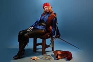 Обои Пираты Морские звезды Victoria Borodinova Косплей Стул Шляпа Бутылки Сидит Шпага Ноги Сапогов девушка