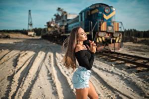 Фото Поезда Сбоку Боке Шатенка Рука Шорты девушка