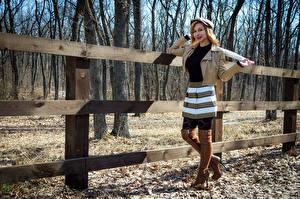 Фотографии Victoria Borodinova Блондинок Забор Позирует Улыбка Бейсболка Куртки Сапогов Смотрит молодая женщина