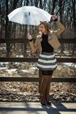 Обои для рабочего стола Victoria Borodinova Позирует Зонтом Куртки Кепкой Сапоги молодая женщина