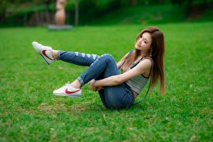 Фотография Азиаты Боке Трава Сидит Ног Джинсы молодая женщина
