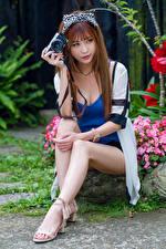 Фотография Азиатка Шатенки Сидящие Ноги Фотоаппарат девушка