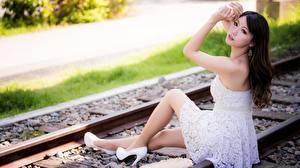 Фотография Азиаты Брюнетка Платье Рельсах Сидя Рука Ноги Туфлях молодая женщина