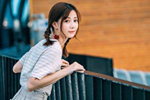 Обои для рабочего стола Азиаты Смотрит Коса Девушки