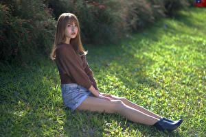 Обои Азиаты Трава Сидя Ног Шорты Свитер Взгляд молодая женщина