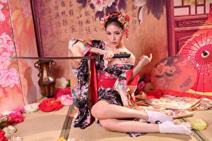 Картинка Азиаты Катана Сидящие Кимоно Ноги девушка