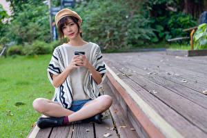 Фотография Азиатки Поза лотоса Позирует Сидит Ног Берет Смотрят молодые женщины