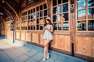 Обои для рабочего стола Азиаты Позирует Платья Шляпа Взгляд молодые женщины