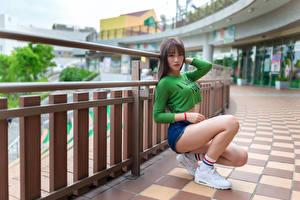 Картинка Азиатка Позирует Сидя Ног Футболке Шортах Взгляд молодая женщина