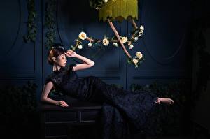 Картинки Азиатки Роза Лежит Платье девушка