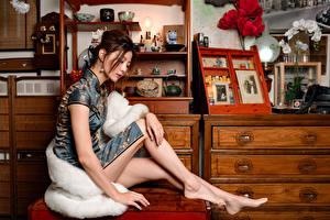 Обои для рабочего стола Азиатки Сидящие Платья Ноги девушка