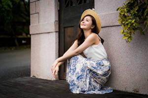 Обои Азиаты Сидит Шляпа Улыбка молодая женщина